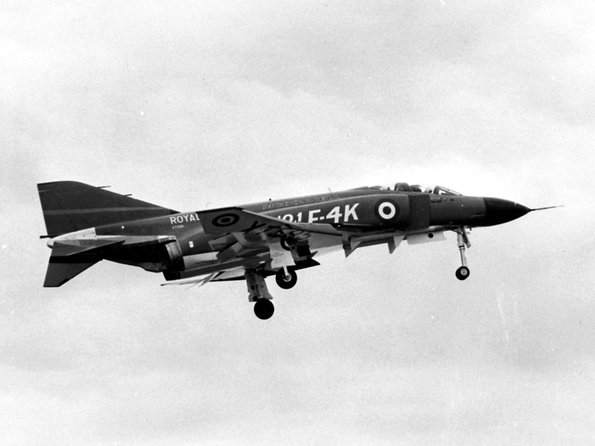 1200px-First_F-4K_Phantom_FG.1_landing_at_McDonnell_plant_1966