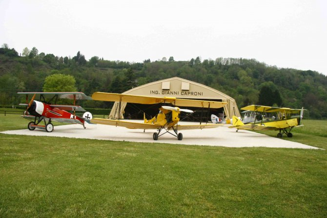 Jonathan Collection planes and their period-correct hangar. (Image Credit: Massimo Baldassini / Biplani sul Piave)