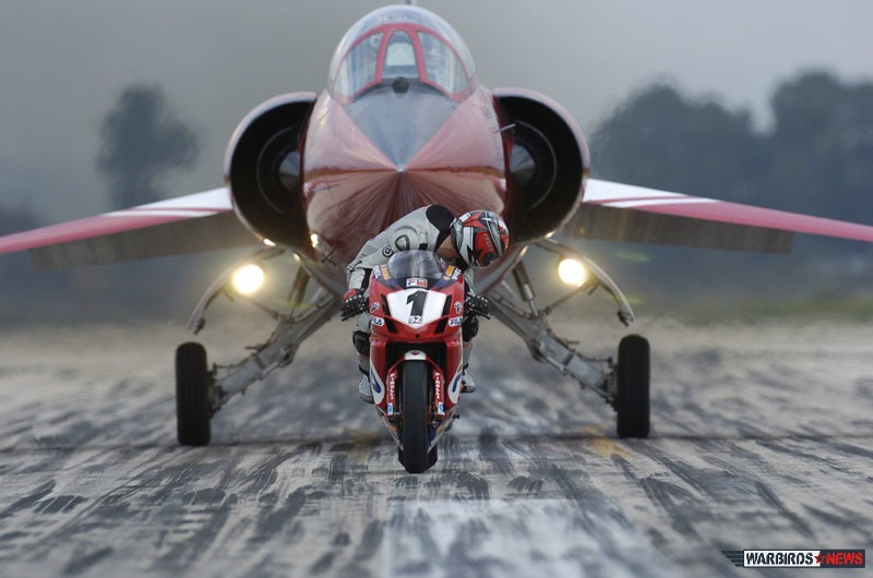 """In 2004 an Italian F-104  of the 10° Gruppo  """"raced""""  a Ducati 999 in Grazzanise AFB, in Italy.  (Image Credit: Troupe Azzurra)"""