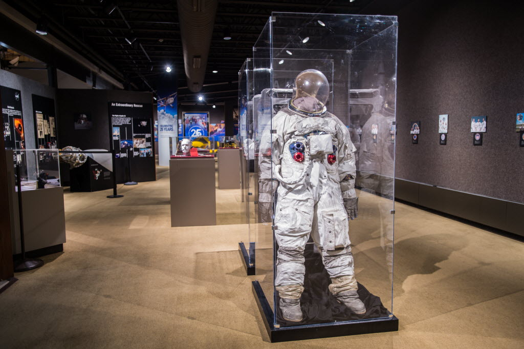 Apollo exhibit brings artifacts from the moon_9