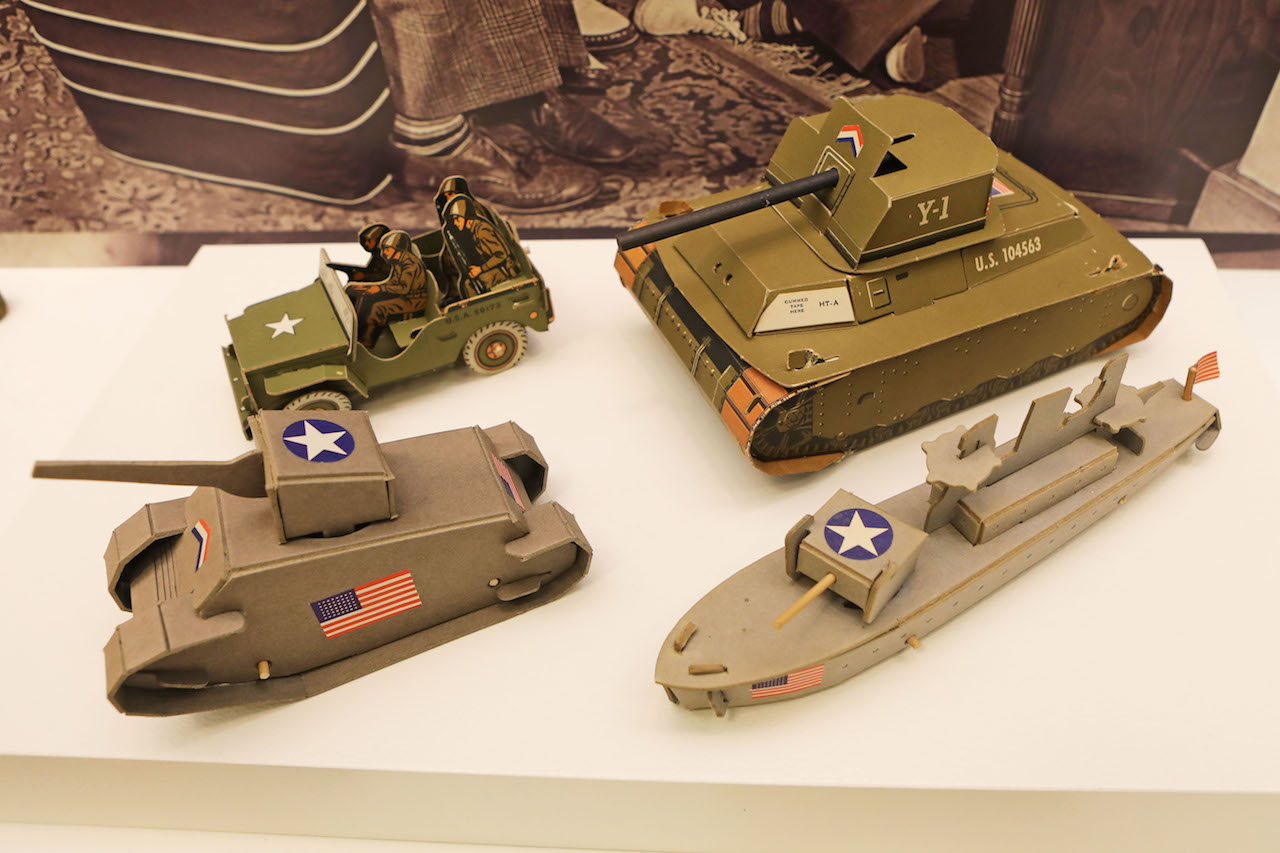 Paper Toys The paper toy arsenal was not complete with airplanes alone. Tanks, destroyers, and torpedo boats were also commonly seen, as were models of the ubiquitous Jeep.