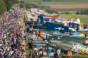Aircraft sandwiched between crowds of spectators and the runway. (Image Credit: Andreas Zeitler)