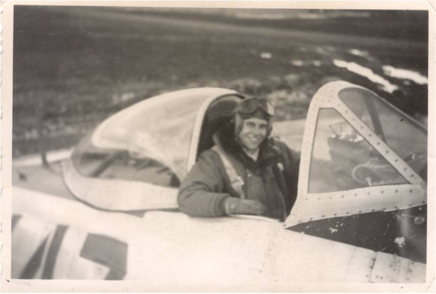 Lt.Loren Hintz in the cockpit of his P-47. (photo via AirCorps Aviation)