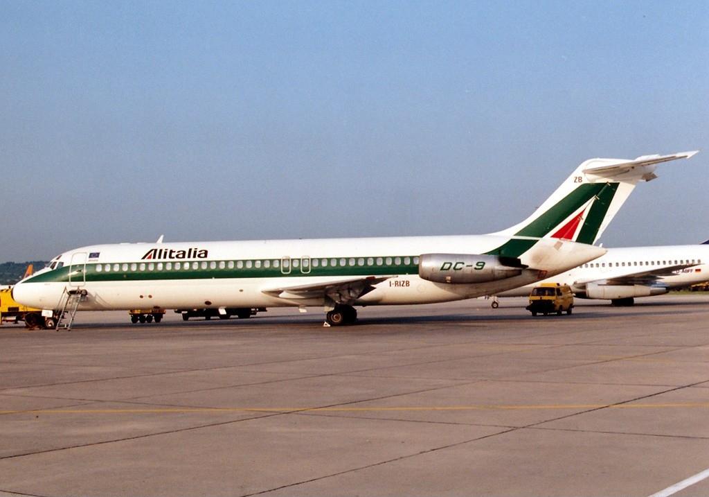 McDonnell_Douglas_DC-9-32,_Alitalia_AN0193917