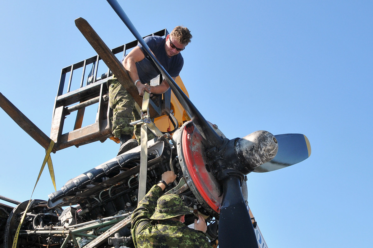 RCAF technicians prepare an engine to be lifted from KB882. (Photo by Warrant Officer Fran Gaudet DND)